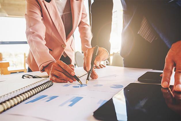 Team che ragiona su indagine di mercato - WelFare Insieme